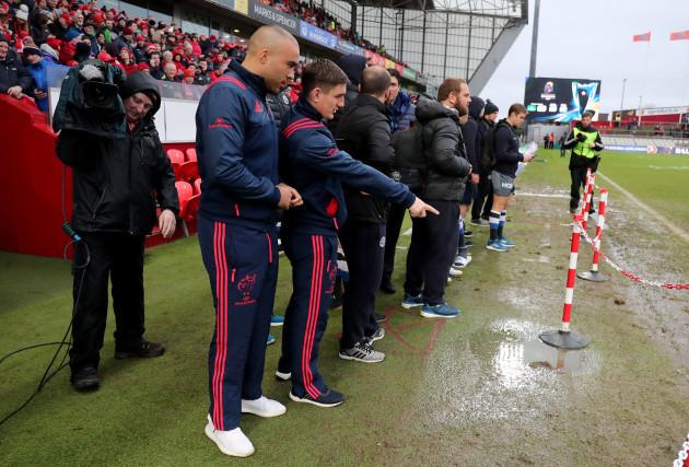 Simon Zebo and Ian Keatley inspect the pitch 21/1/2018