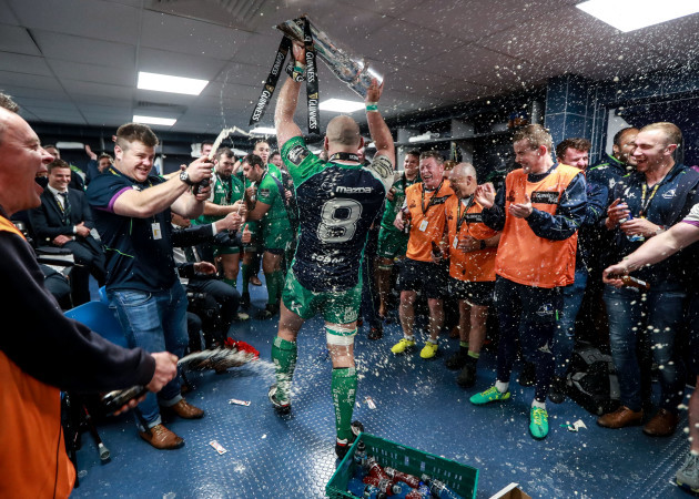 John Muldoon bring the trophy back to the dressing room
