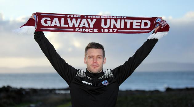 Alan Murphy signs 1