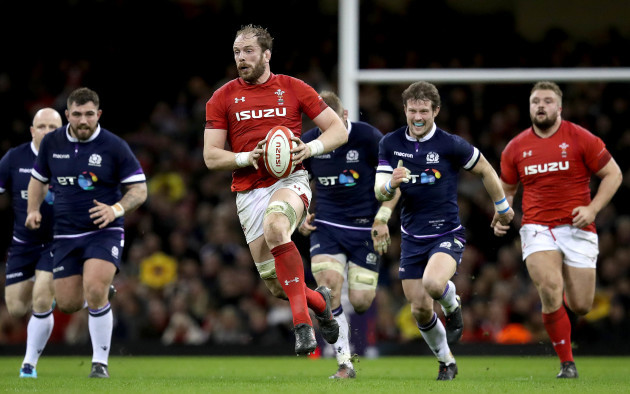 Alun Wyn Jones makes a break