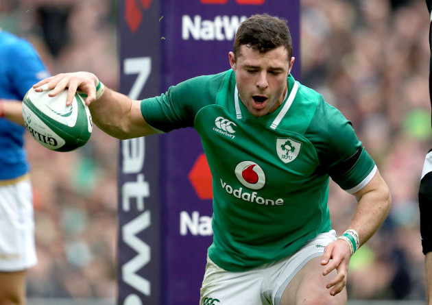Robbie Henshaw celebrates scoring his sides first try