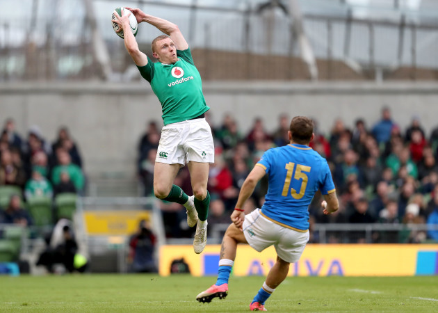 Keith Earls claims a cross field kick