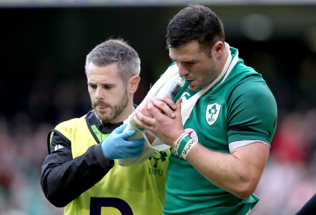 Robbie Henshaw leaves the field with an injury