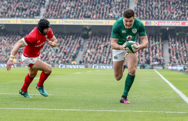 Jacob Stockdale scores their first try despite Leigh Halfpenny