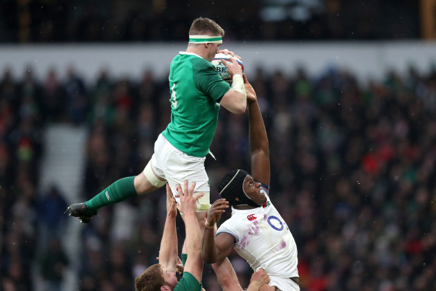 Peter O'Mahony wins line out ball from Maro Itoje