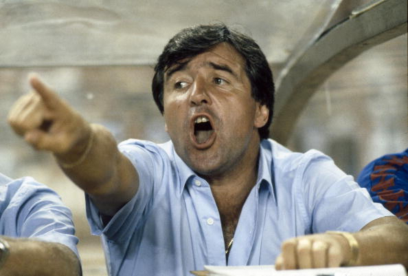 Sport. Football. pic: circa 1984. Barcelona Coach Terry Venables shouts instructions from the dug-out.