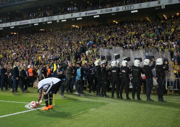 Fenerbahce semi-final abandoned after Besiktas coach Gunes hit on head
