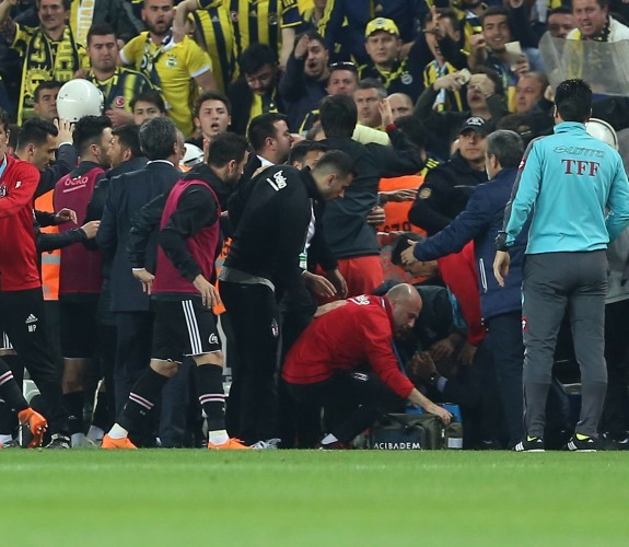 Turkish Cup erupts into violence after coach head split open