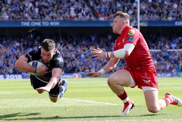 Fergus McFadden scores a try despite the efforts of Steff Evans