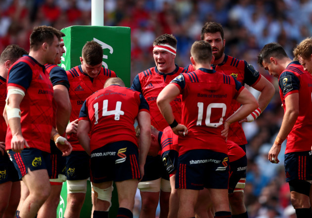 Peter O'Mahony speaks to his team after conceding the second try