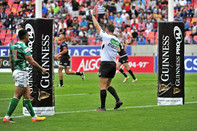 Quinton Immelman awards a penalty try to the Southern Kings