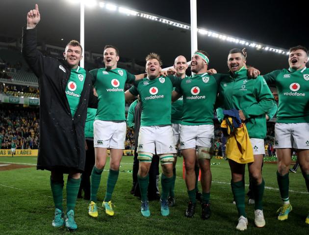 Peter O'Mahony, Johnny Sexton, Jordi Murphy, Devin Toner, Rob Herring, Rob Kearney and Jacob Stockdale celebrate after the game
