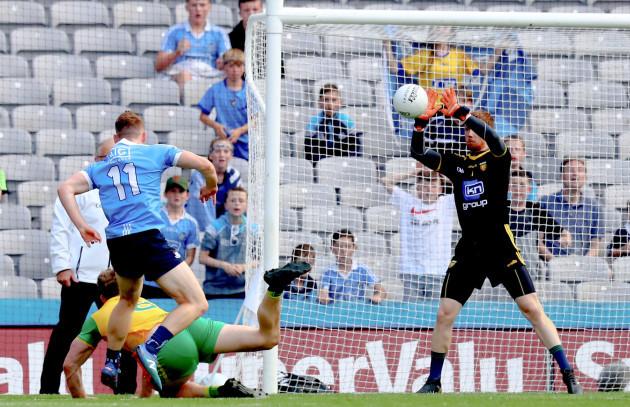 Shaun Patton saves from Con O'Callaghan