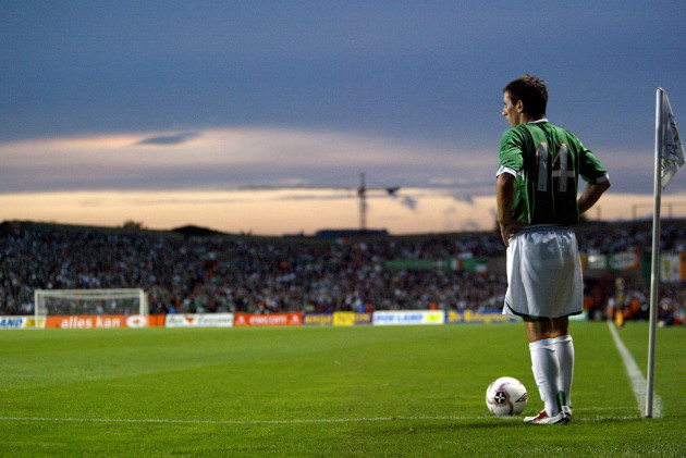 Liam Miller prepares to take a corner