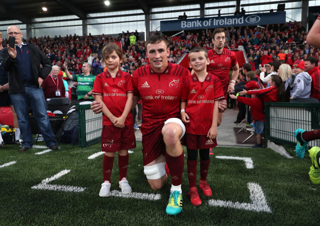 Munster's Tommy O'Donnell with mascots Cludia and Zac