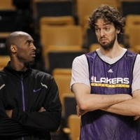 Kobe shoots some late-night hoops after Lakers loss