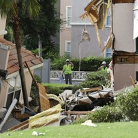 Video: The moment a resort villa is partly swallowed by sinkhole