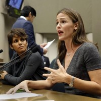 A-List actresses urge California lawmakers to get tough on paparazzi