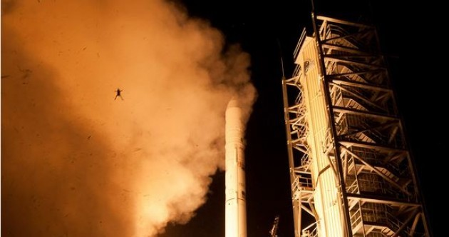 Frog photobombs NASA rocket lift-off