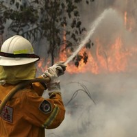 Soaring temperatures and dry winds hamper Australia firefighting effort