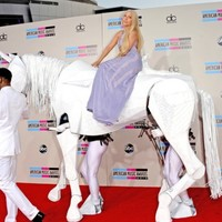 9 of the most bizarre moments from last night's American Music Awards