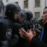 Clashes rage as 100,000 Ukrainians protest in Kiev