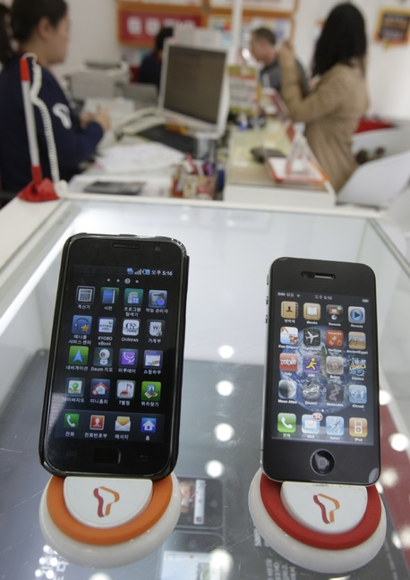 """Samsung's Galaxy S smartphone (left): Apple has accused Samsung of copying the """"look and feel"""" of its iPhone (right) in the Galaxy's design."""