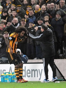 Tom Huddlestone gets haircut on the sideline after breaking goal drought