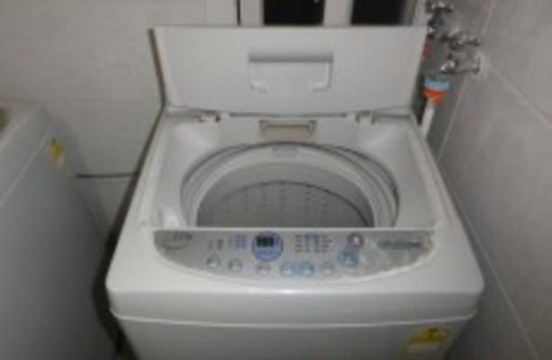 Australia police free naked man stuck in washing machine - BBC News