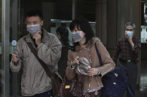 Taiwanese people wear masks at National Taiwan University Hospital in Taipei. (File)