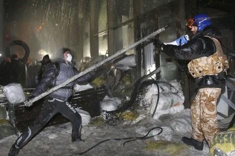 Protesters attack 'Ukrainian House' in Kiev