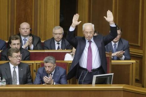Mykola Azarov waves to lawmakers in parliament