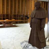 """""""Nice to eat you"""": Pope meets his chocolate double"""