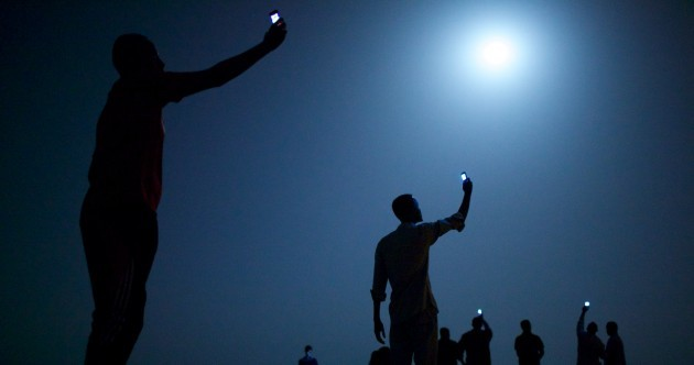 Image of African migrants searching for phone signal is the best press photo of the year