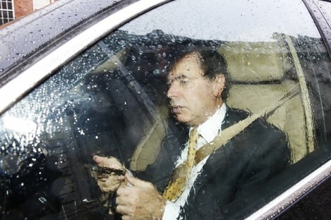 Justice Minister Alan Shatter arriving at Government buildings yesterday.