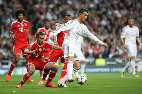 Cristiano Ronaldo shields the ball from Rafinha.