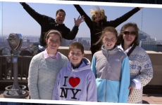 Cameron Diaz and Jimmy Fallon photobomb unsuspecting tourists
