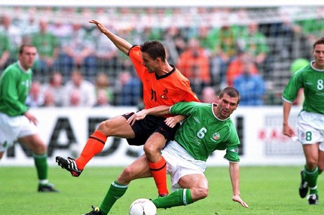 Roy Keane tackles Marc Overmars.
