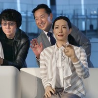 Japan has unveiled android 'news readers' and they're extremely creepy