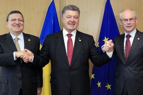 Ukraine's President Petro Poroshenko, center, poses with European Commission President Jose Manuel Barroso, left, and European Council President Herman Van Rompuy.