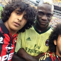 Balotelli poses for selfie with two pitch invaders