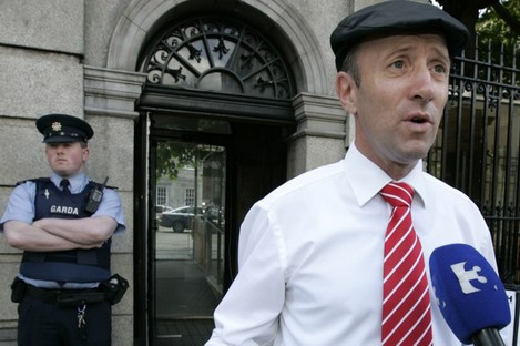 Michael Healy-Rae speaking to reporters outside Leinster House today.