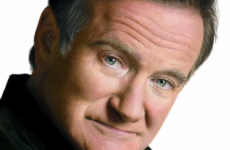 Watch this artist draw an amazing, photo-like portrait of Robin Williams