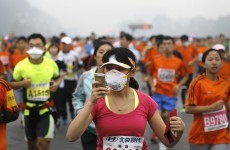 Beijing marathoners don face masks to battle smog