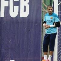 Former Barcelona goalkeeper Valdes to train with Man United