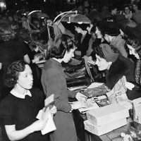 These vintage pics of Christmas shopping crowds will make you glad it's all over