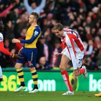 Shocking Arsenal defending allows Crouch to score after 19 seconds