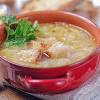 An easy, peasy onion soup recipe that will fit right in to your fitness plan