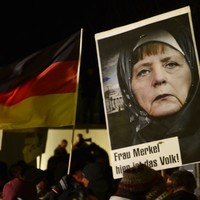 Anti-Islam rally draws crowd of 25,000 (but more attended counter-demos)