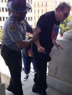White supremacist gets sunstroke, helped to the shade by black policeman